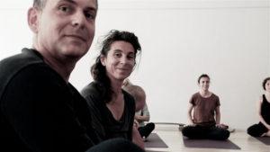 Yogâme élèves heureux pendant la leçon de yoga