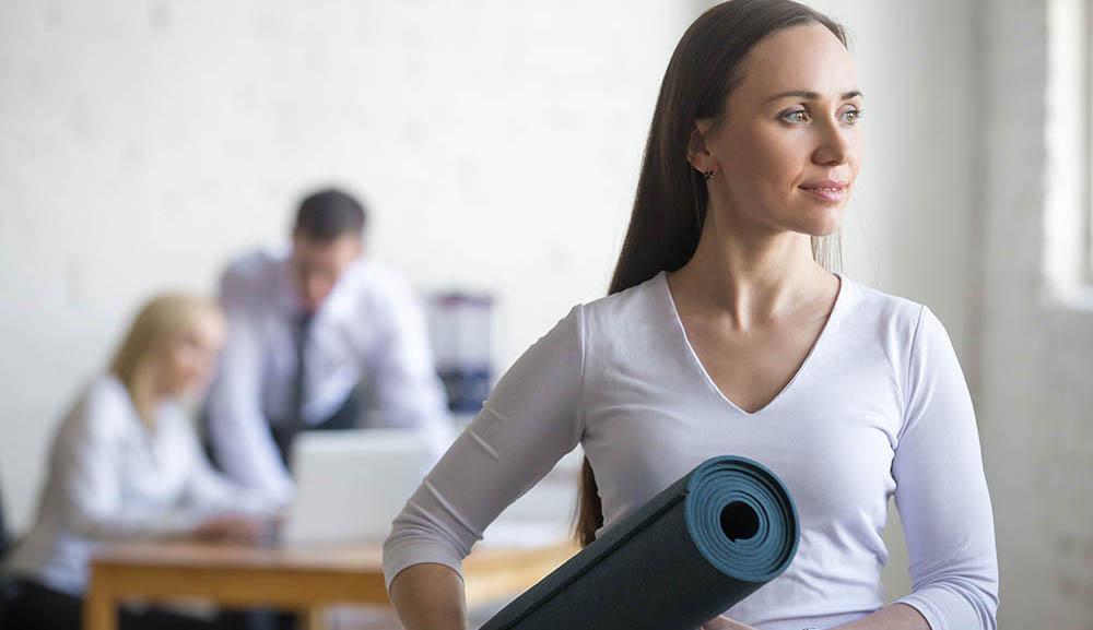 femme avec tapis de Yoga